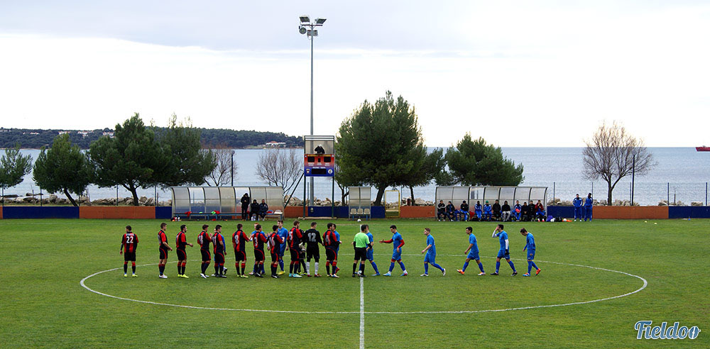 Both teams haking hands before the kick-off.